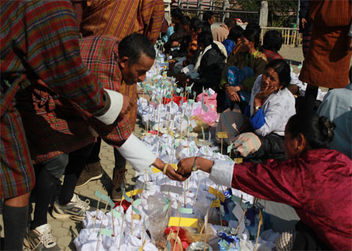 Photo 2: Farmers exchanging seeds during the Fair